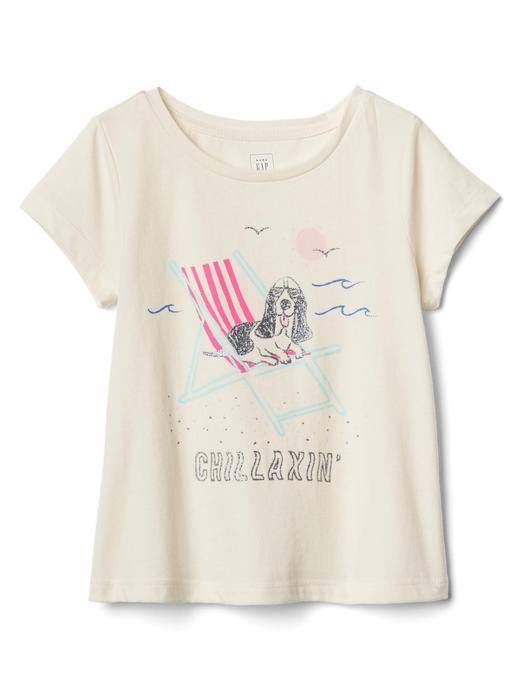 Bebek bej üzerine desenli. Desenli kısa kollu t-shirt