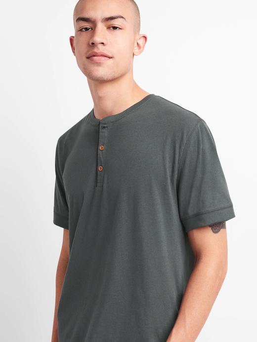 Kısa kollu yakası düğmeli t-shirt