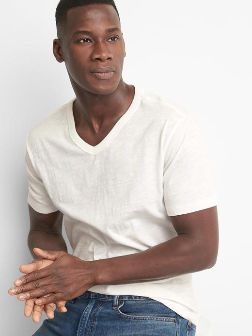Erkek kırık beyaz V yaka kısa kollu t-shirt.