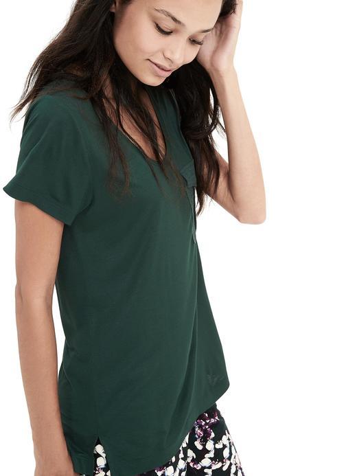 Düğmeli cepli t-shirt