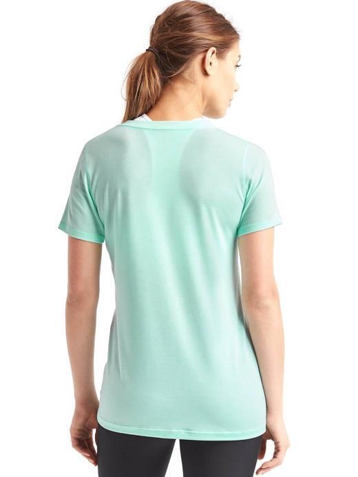 GapFit Breathe V yakalı t-shirt
