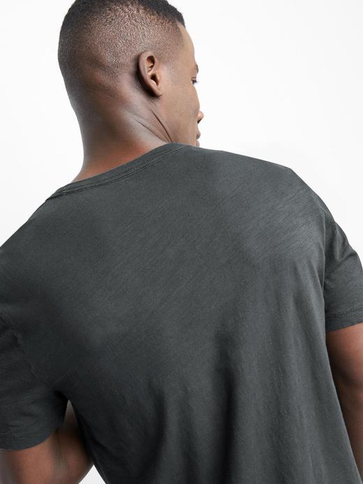 V yaka kısa kollu t-shirt.