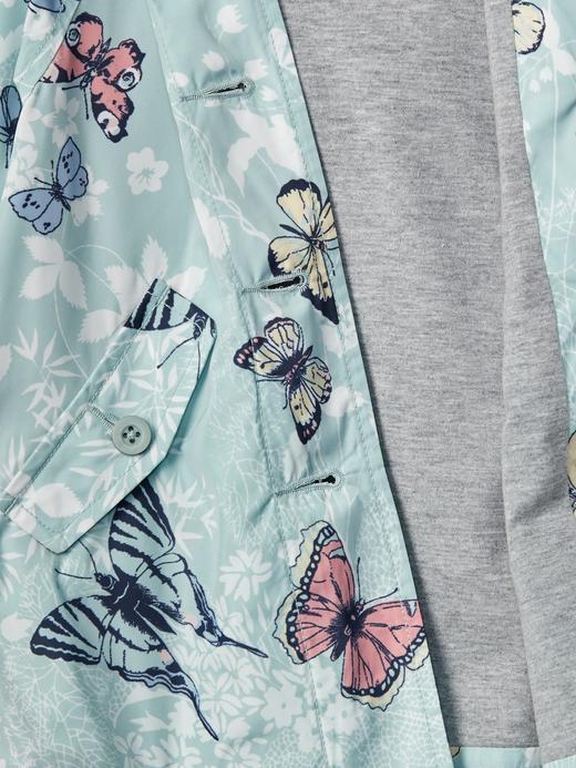 Kelebek desenli yağmurluk