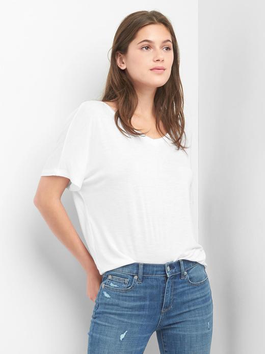 Beyaz V yakalı t-shirt