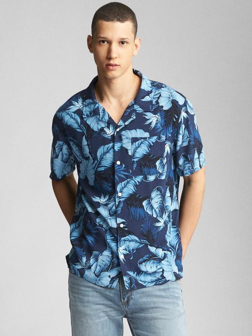 Standard fit tropikal desenli kısa kollu gömlek