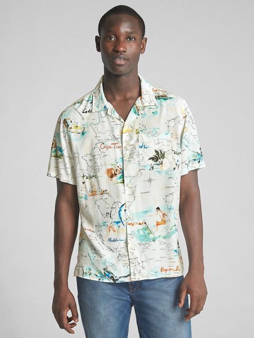 beyaz Standard fit tropikal desenli kısa kollu gömlek