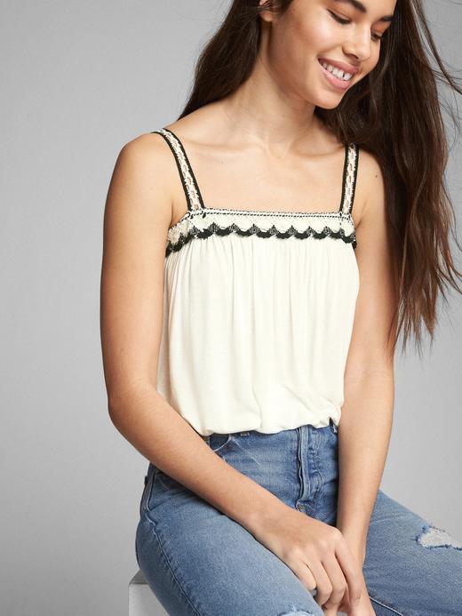 İşlemeli askılı bluz
