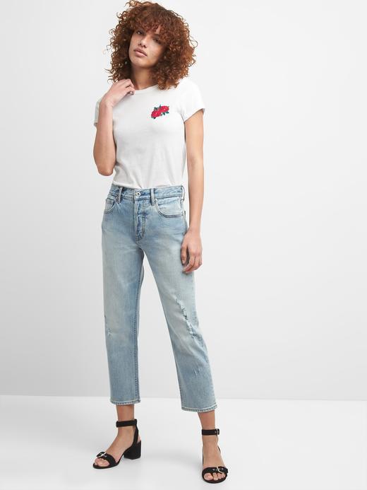 Çiçek İşlemeli Sıfır Yaka T-Shirt