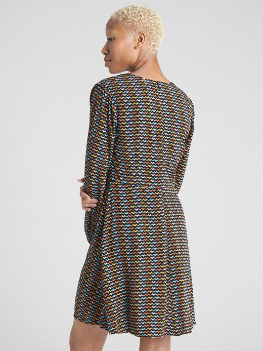Desenli V Yaka Elbise