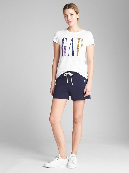 Metalik logolu kısa kollu sıfır yaka t-shirt